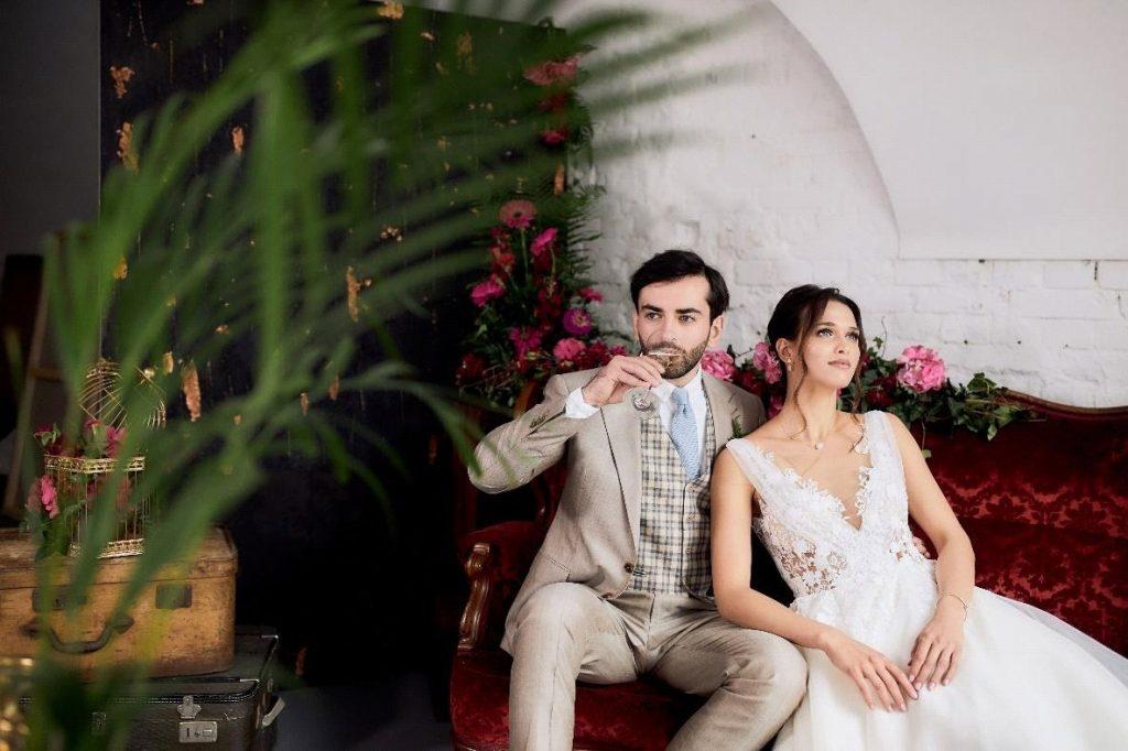 para młoda na sofie, w sesji zdjęciowej, w dekoracjach weselnych w stylu glamour