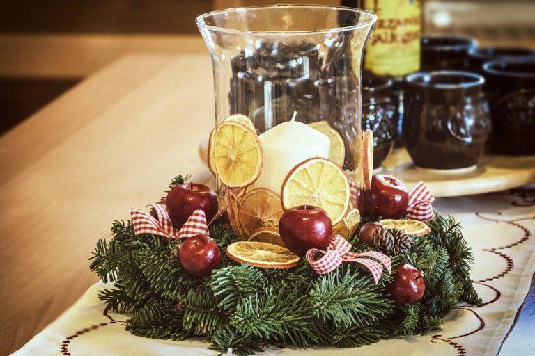 stroik świąteczny, na boże narodzenie, z dekoracjami, na stole
