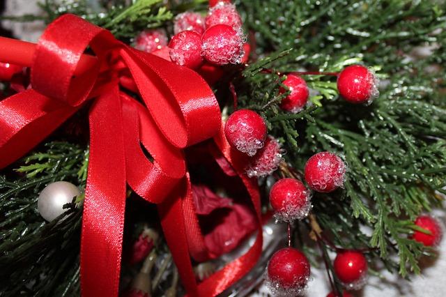 stroik świąteczny z czerwonymi dekoracjami