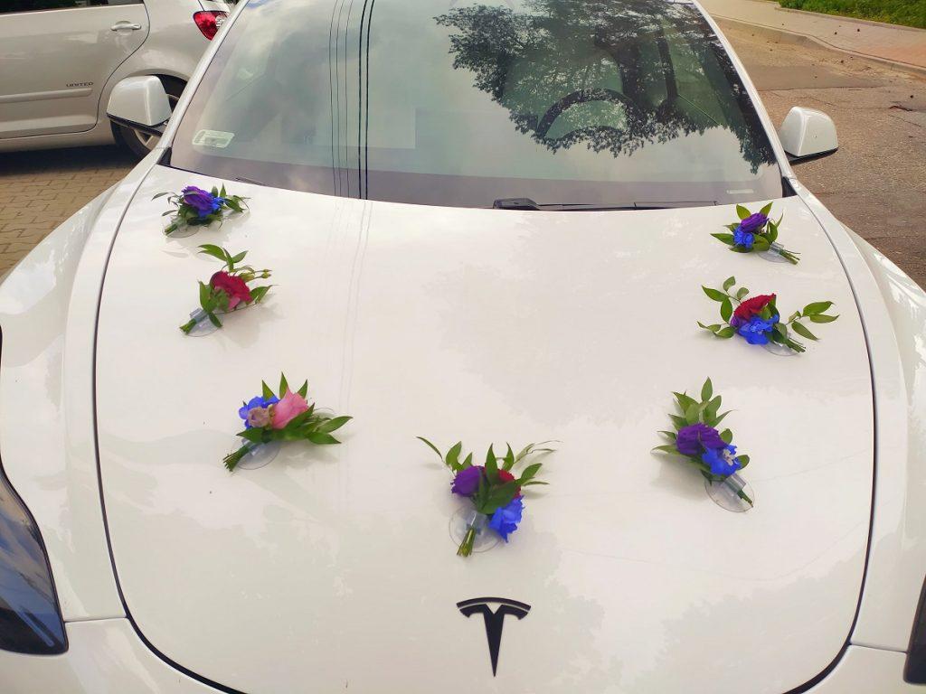 dekoracja białego auta do ślubu