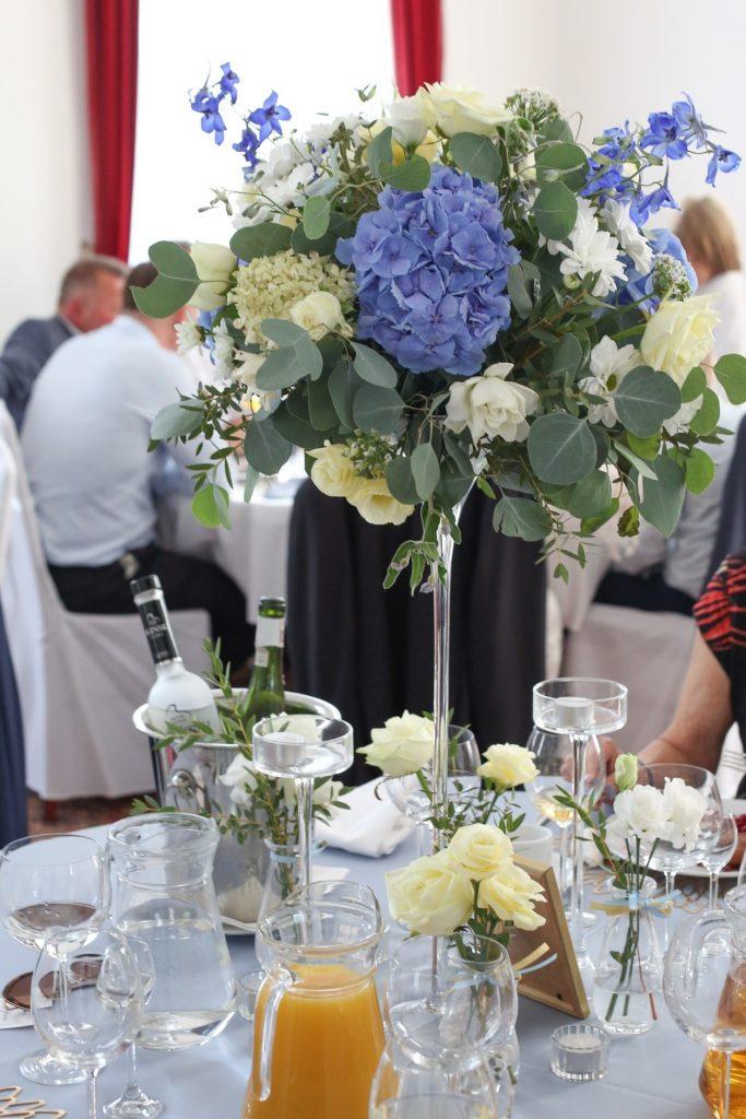 wysoka kompozycja na dekorację stołu weselnego