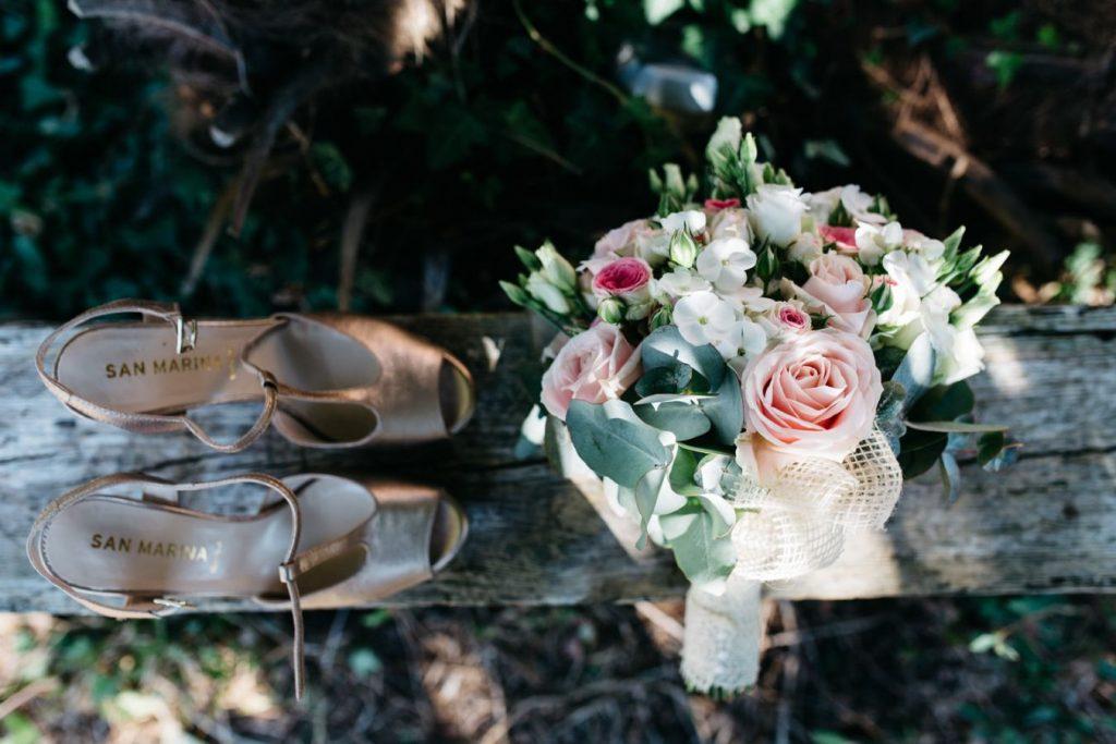 Bukiet ślubny z róż i buty panny młodej